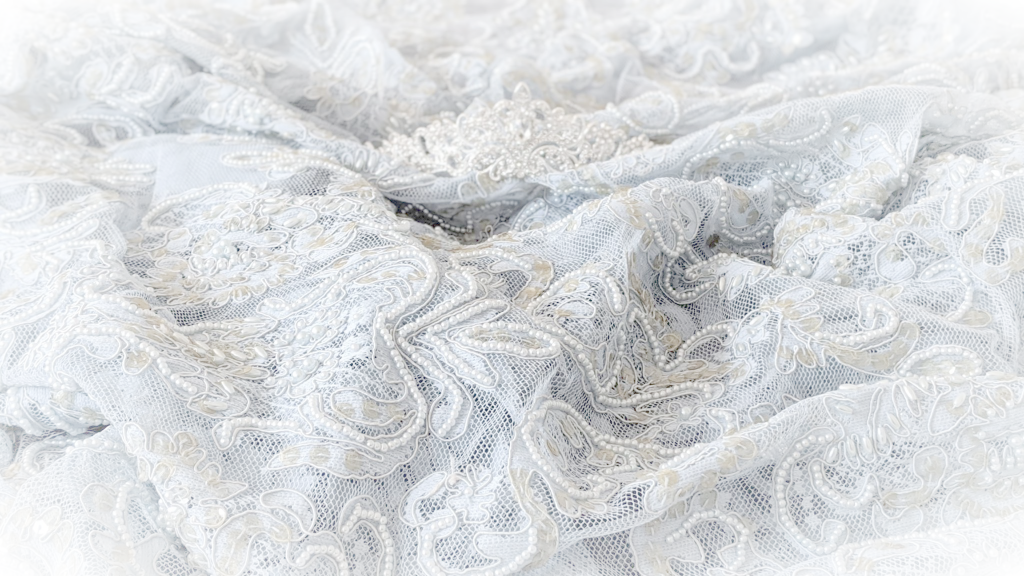 błękitna suknia ślubna i tiara