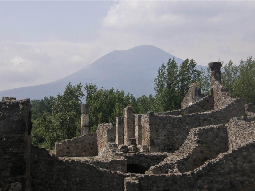Pompeje na tle Wezuwiusza