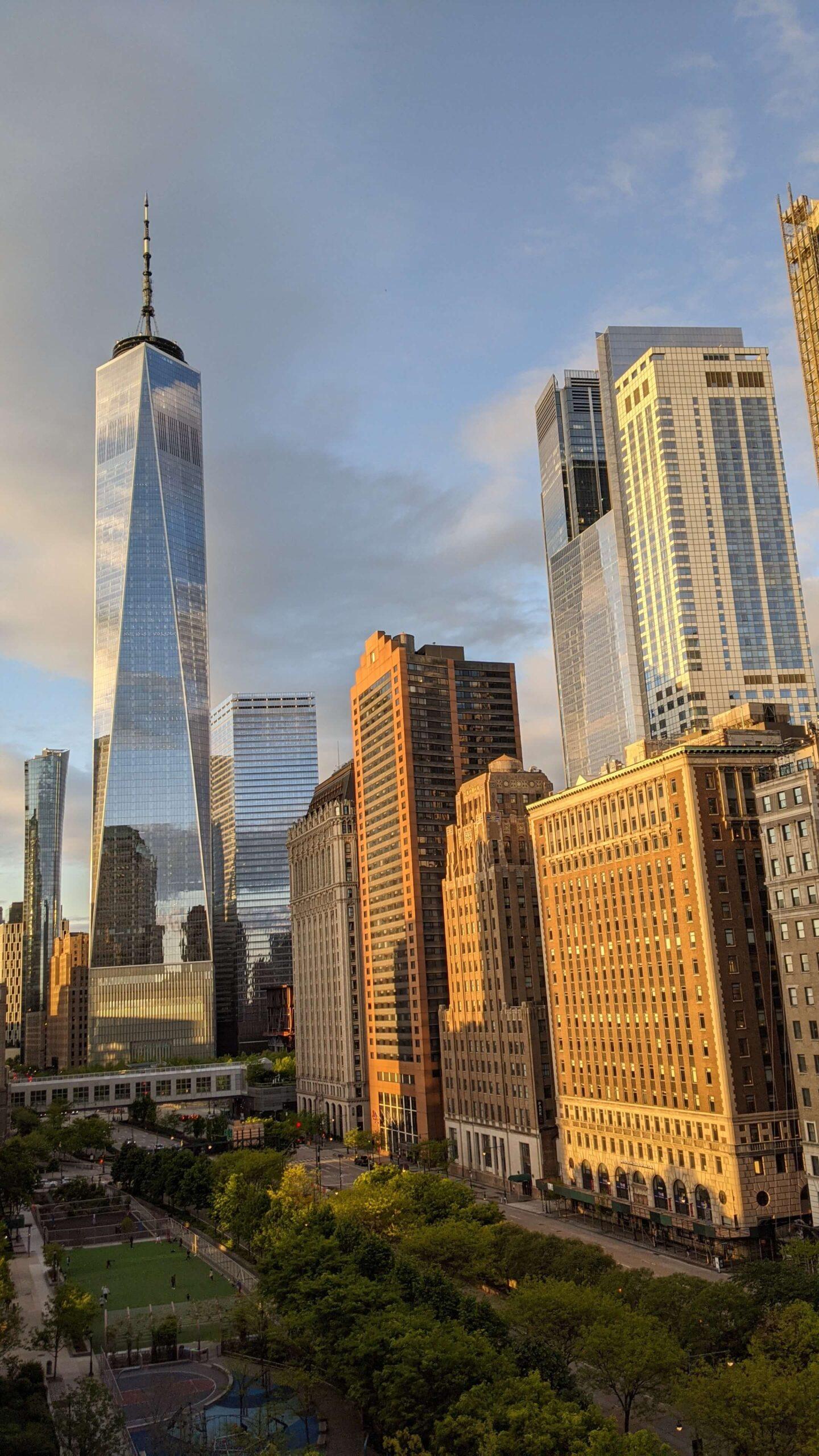 zdjęcie One World Trade Center o złote godzinie - widok z balkonu
