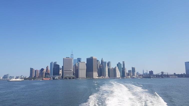 Budynki dolnego Manhattanu widziane z perspektywy pokładu promu.