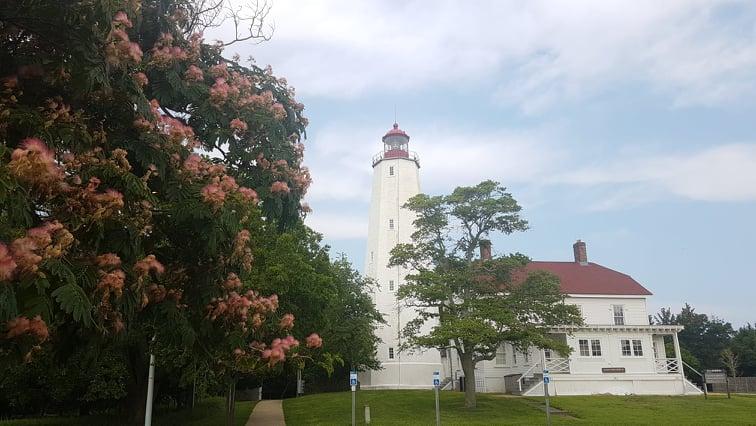 Historyczna latarnia na półwyspie Sandy Hook.