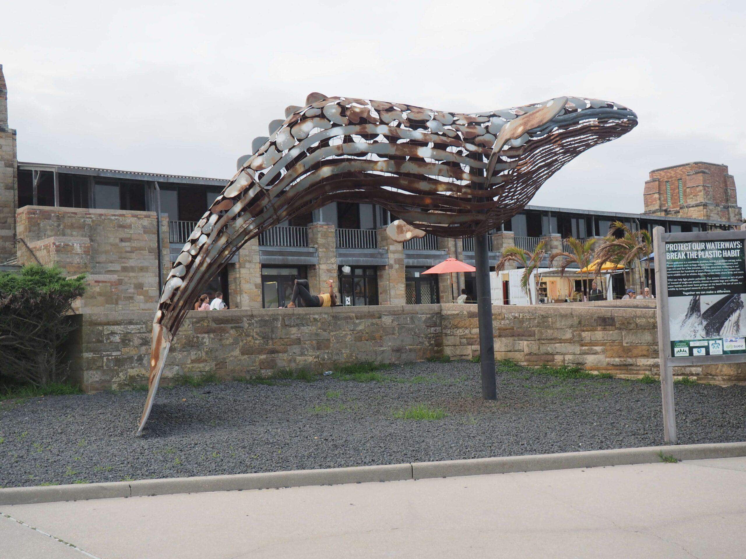 Metalowa, ażurowa rzeba przedstawiająca wieloryba.